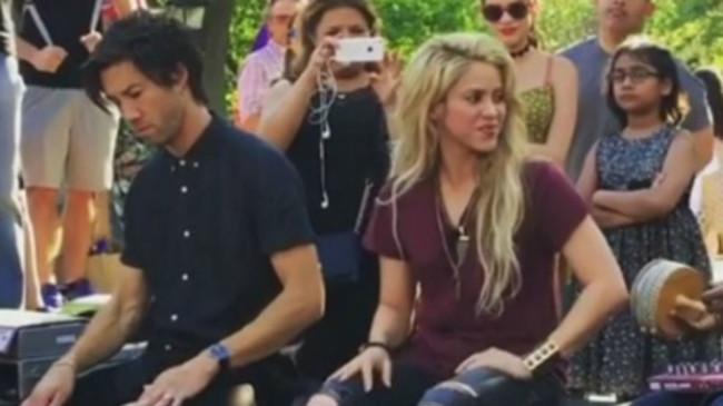 Shakira canta para sus fans