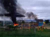 Enfrentamiento deja 2 muertos; incendian casas y vehículos