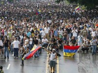 Venezolanos protestan de algarabía