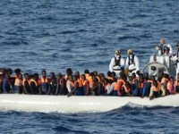 Obligan a migrantes a lanzarse al mar