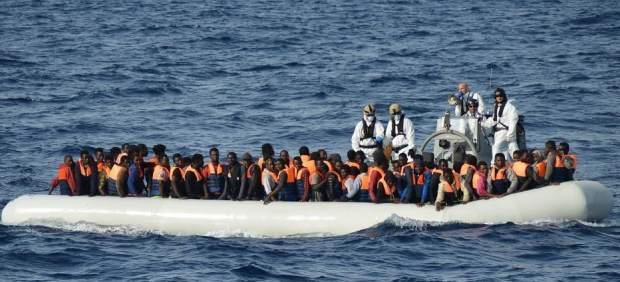 Obligan a migrantes a lanzarse al mar