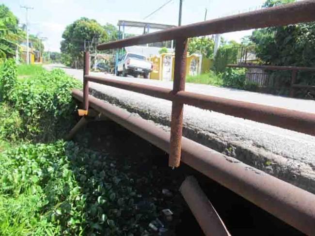 Puente a punto de caer en Nacajuca