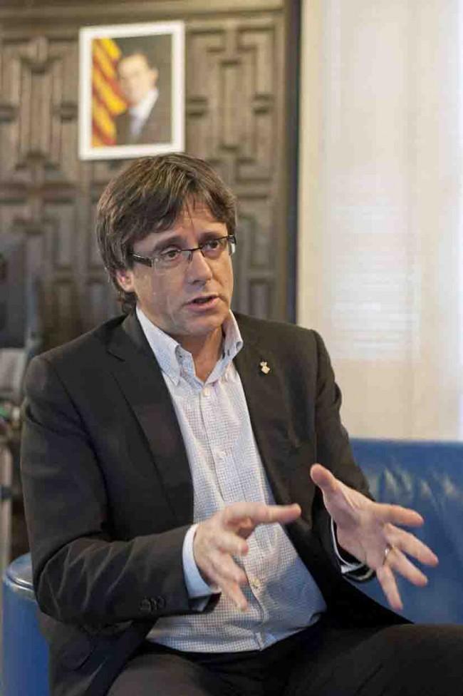 Puigdemont mantiene  el dedo en el renglón