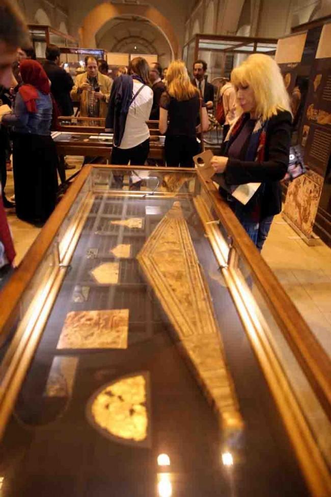 Exhiben piezas de oro de Tutankamón