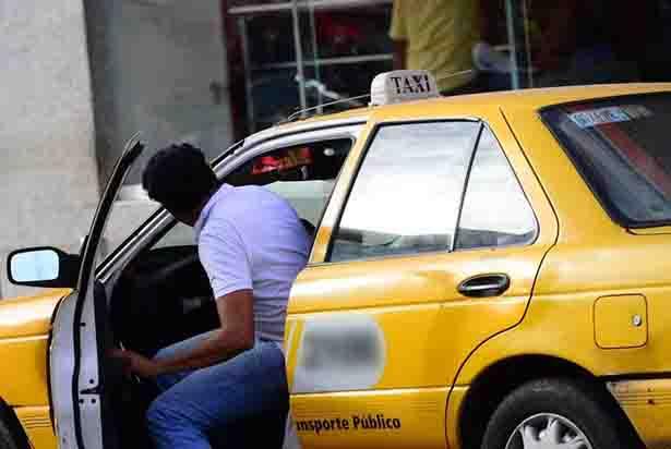 Abusan taxistas con usuarios en el pasaje