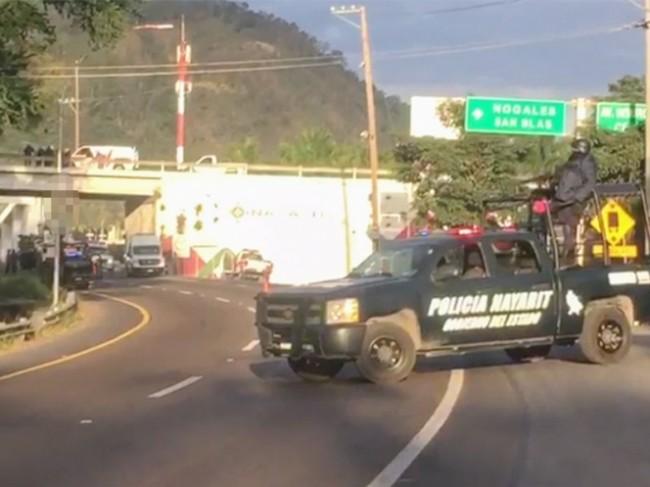 Localizan tres cuerpos colgados  en un puente vehicular de Tepic
