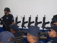 Reciben armamento  policías de Balancán