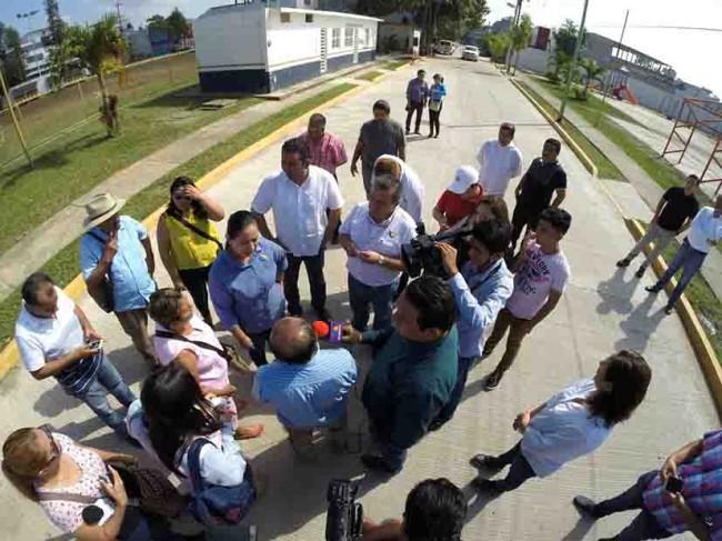 Entregan pavimentación en calles de Huapinol