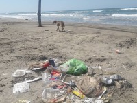 Playas llenas de basura dejan los vacacionistas