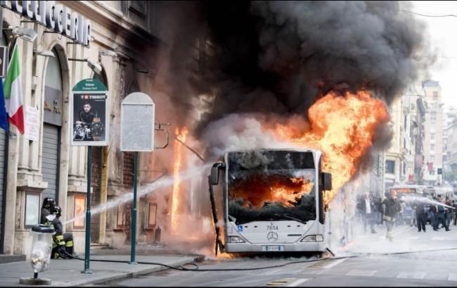 Arde un autobús en pleno centro de Roma