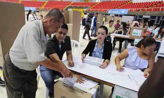 Colombianos eligen presidente