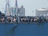 Continúa barco con tripulantes a bordo