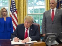 Firma Donald Trump decreto  para frenar separación de  familias migrantes