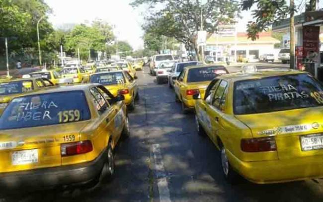 Llaman taxistas a un paro de labores