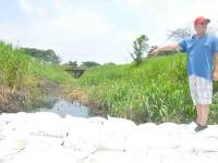 Cierran dren con costaleras, provocará serias inundaciones