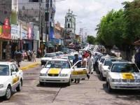 Acusan taxistas a líder de quedarse con placas