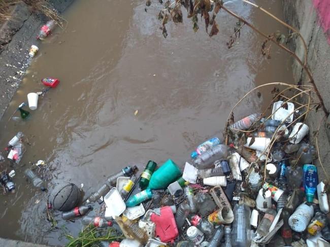 Botellas y plástico  obstruyen coladeras