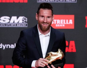 Thiago y Mateo le entregan  a Messi la 'Bota de Oro'