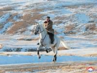 Cabalga Kim en montaña sagrada