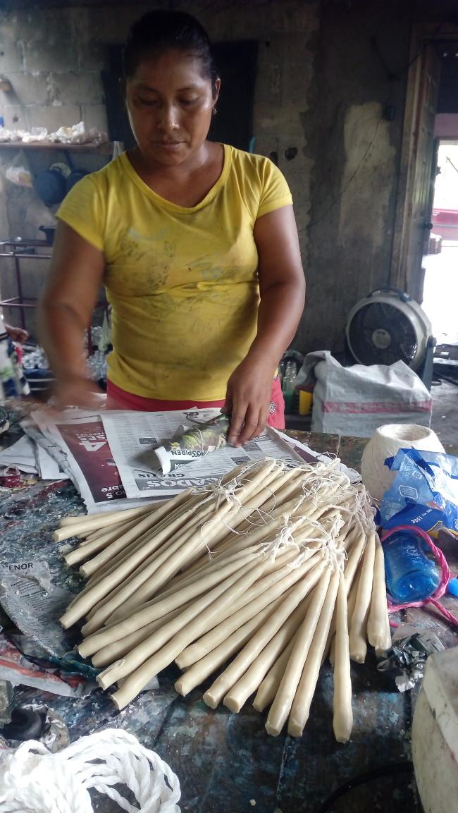 Un  ritual, elaboración de las velitas de cebo