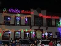 En Comalcalco encendieron árbol y decoración navideña