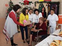 Convive presidenta del DIF con  abuelitos de la Casa del Árbol