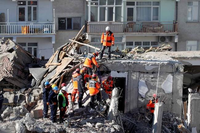 Rescatan a más sobrevivientes del terremoto