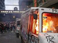 """Feministas queman camión  y """"cachitos"""" de la lotería"""