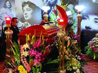 Pepe Aguilar se despide  de su madre Flor Silvestre en emotivo funeral