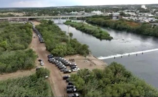 """Con """"muro de acero"""" en la frontera con México gobernador de Texas impide cruce de migrantes"""