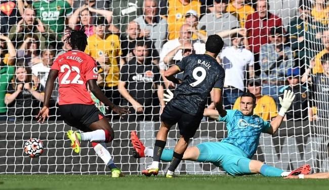 Raúl Jiménez anota un contundente gol