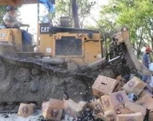 Destruyen 200 cartones de cerveza vacíos